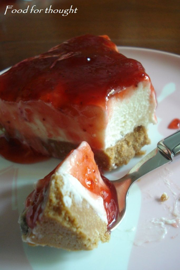 Cheesecake φράουλας με μπισκότα κανέλας http://laxtaristessyntages.blogspot.gr/2012/05/cheesecake.html