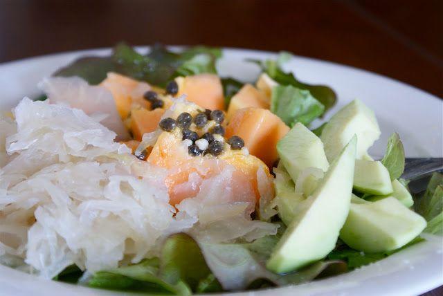 """Olo-salaatti - """"Kun vatsa valittaa, papaija ja hapankaali auttaa."""" (Outi aka Keittiökameleontti)"""