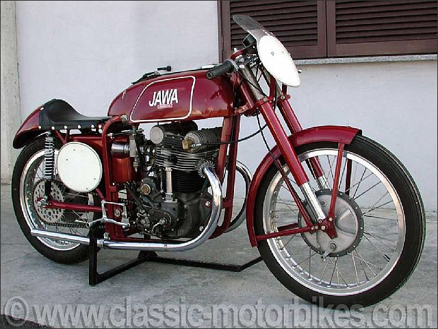 1955 Jawa z15 racing dohc 500cc  Superb jawa 500 cc from 1955. built by the jawa works team in 1955 for the riders hélicar and stazny, this four stroke 500 cc dohc is in perfect running order. this high performance bike is capable of reaching speeds of 210 km/h. restored in 1980 in czechoslovakia by one of the ex-works mechanics of the period, it is fully original with the engine carters in magnesium. this model was built in no more that a dozen examples over the course of a three year…
