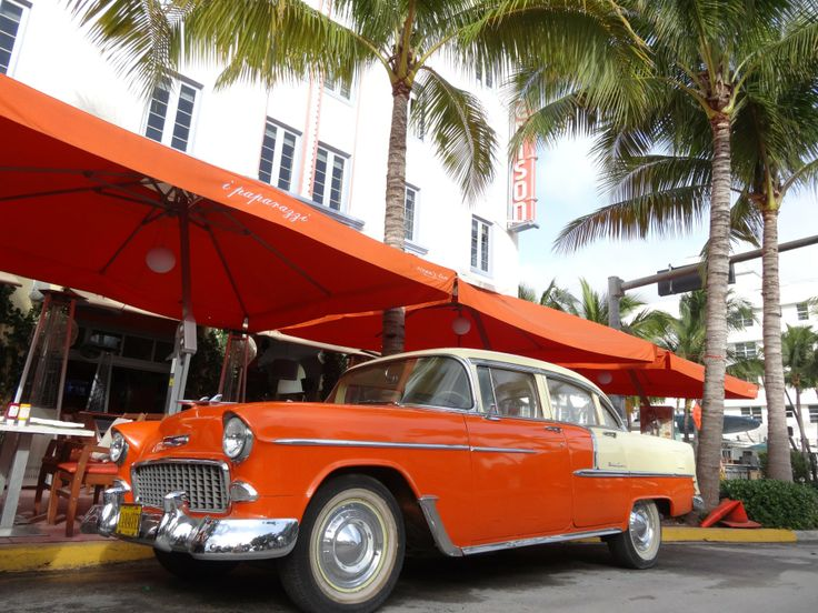 "Februar Motiv im Kalender MIAMI South Beach 2017 Oldtimer vor dem Restaurant ""i paparazzi"" am EDISON Hotel, Ocean Drive - Art Deco District Miami South Beach   http://florida-miami.de/calendar/miami-south-beach-02.html"