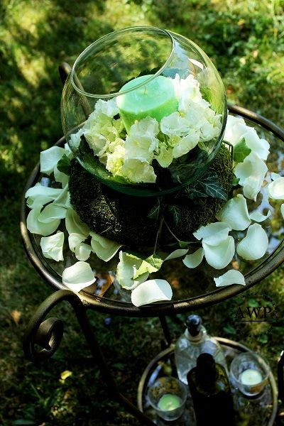 hydrangea and roses in buld vase on the moss wreath