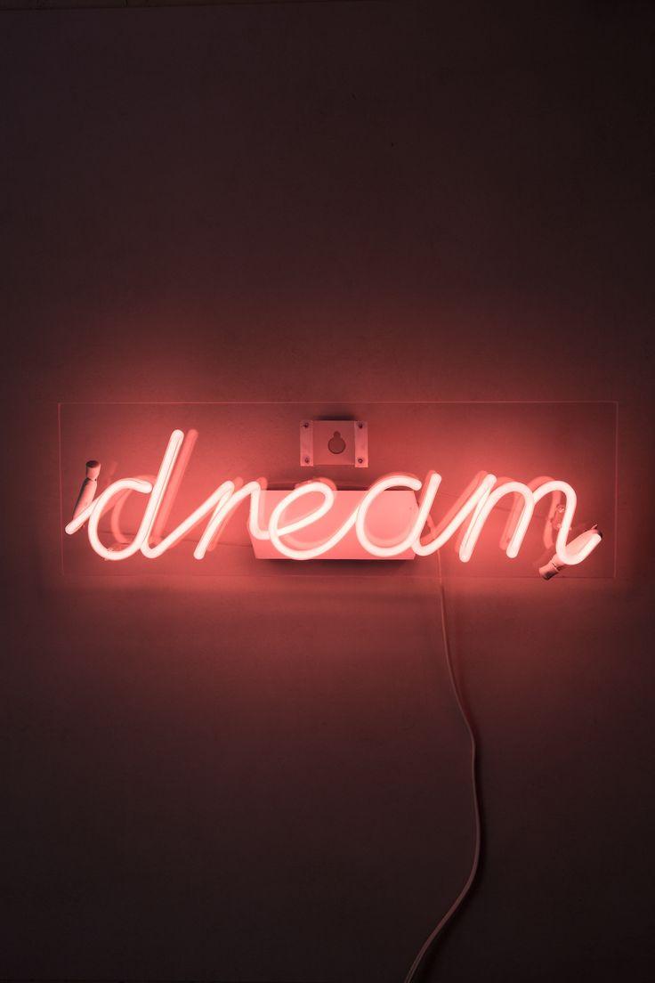 """Oletreiro de Neon """"dream"""" é um charme, e fica maravilhoso no quarto, na sala, ou em qualquer lugar da casa! Ele vem fixo em uma chapa de acrílico que você pendura na parede como um quadro, e liga na tomada!"""