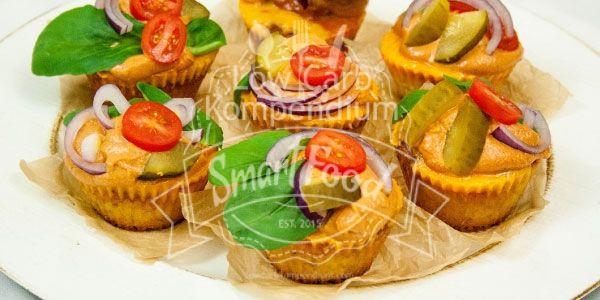Die Low Carb Cheeseburger Muffins mit einem Hackfleischkern, geschmolzenem Käse und selbstgemachter Soße sind der absolute Burner. So macht Low Carb Spaß!