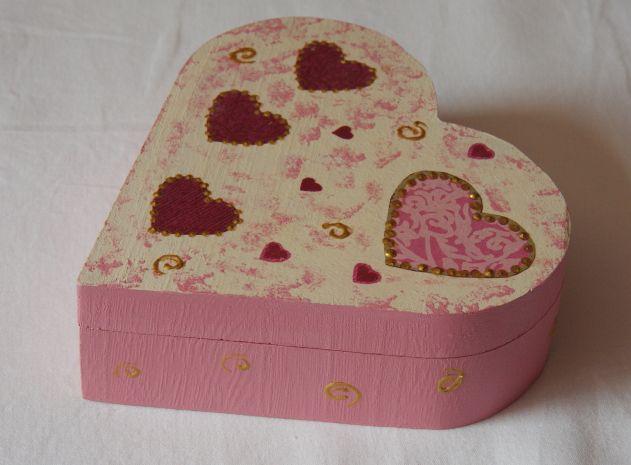 Ci-dessous une boite décorée avec une serviette en papier coeur. Une boite personnalisée parfaite pour les petites filles. Le dessus et l'intérieur sont peints en blanc et en rose à l'éponge pour faire ressortir la serviette. Les finitions sont réalisées...