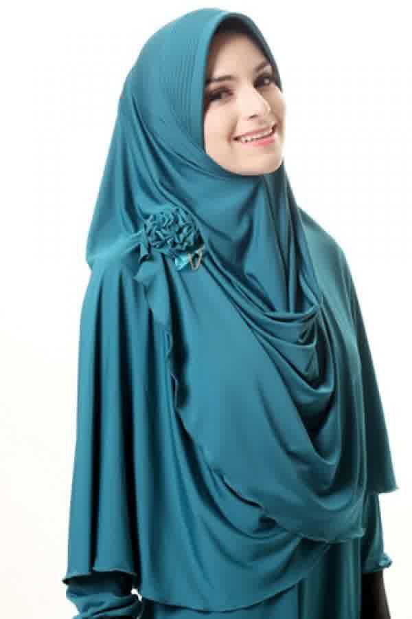 Azka Hijab B02 - Tosca Rp. 79.000 Bahan : Spandex. Variasi : Bergo panjang model belah depan, Dengan sisi kanan depan lebih pendek dari yang kiri sehingga mudah di kreasikan sesuai selera. Cocok digunakan untuk acara santai maupun formal stylish dan tetap syar'i, TIDAK TERMASUK BROS. Ukuran : Menutup Perut (panjang dari dagu sampai bawah 65 cm.) Informasi & Pemesanan: sms/wa 0823 2838 4495 / 0888 683 2410 Temukan koleksi kami lainnya di www.butikkhalila.com