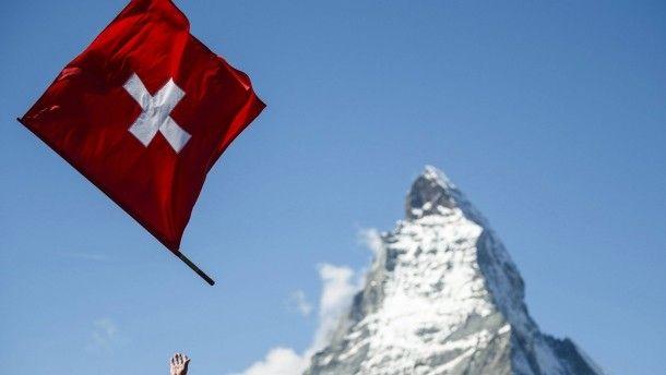 Man muss sie ja nicht gleich wegwerfen: die Landesflagge vor dem Berg, der fast so berühmt ist wie ein Stück Schweizer Schokolade – das Matterhorn.