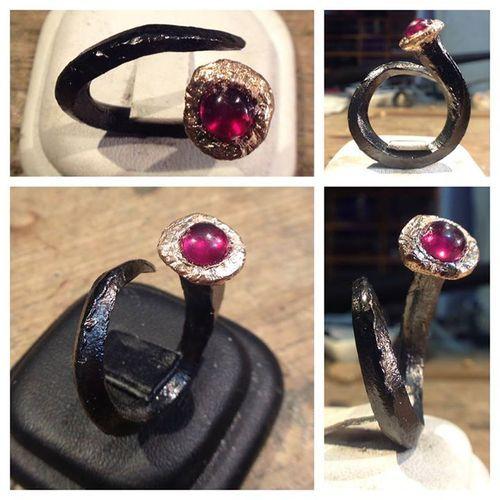 Chiodo d'argento con Cabochon di rubino e doppio bagno d'Oro rosa e Rutenio  Com'è venuto? :) http://on.fb.me/1b6TvU...