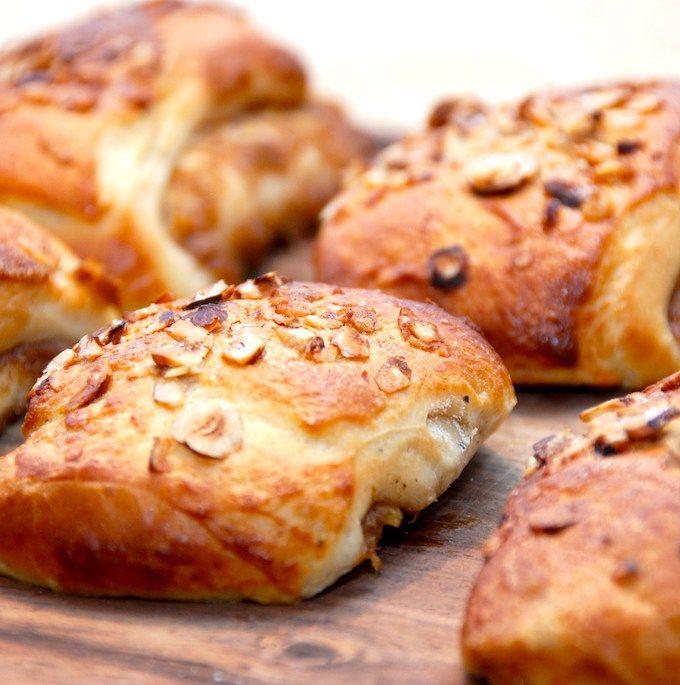 Rabarber gifler er lækre stykker brød, der vel nærmest er en fætter til kanelgiflerne. Men med en mere let og syrlig smag, der passer super godt sammen med bagværket. Foto: Madensverden.dk.
