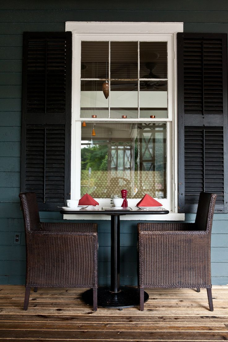 Verandah table at Zees Grill at the Shaw Club Hotel in Niagara-on-the-Lake.