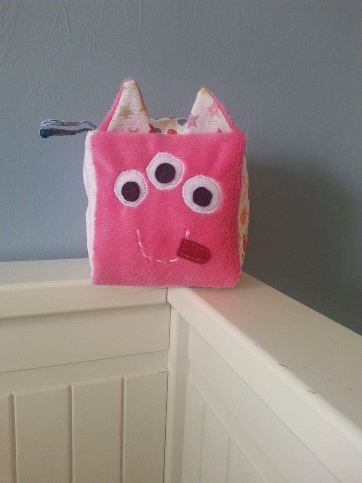 Cube d'éveil sensoriel original Troisnoeil rose et blanc : Jeux, peluches, doudous par la-boutique-du-bigorneau