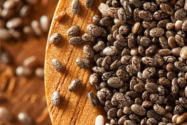 A semente de chia ajuda a emagrecer  DE ONDE VEM A CHIA  A dieta da Chia vai nos ajudar a obter um controle total de seu apetite. Quais são essas incríveis sementes de Chia? São sementes originadas em algumas partes da América do Sul principalmente da zona tropical do México e Guatemala e de um extraordinário valor nutritivo.  SEM GLÚTEN E COM MUITA FIBRA  Além disso são livres de glúten e muito ricas em fibra o que se expandem em nosso estômago encontrando por isso uma aplicação fundamental…
