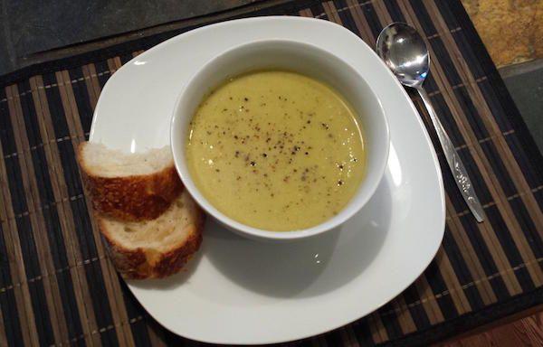 Émincer l'oignon et faire revenir 5 minutes dans le beurre à feu moyen. Pendant ce temps, trancher les autres légumes en morceaux grossiers. Ajouter aux oignons avec l'huile d'olive et chauffer 2 minutes...