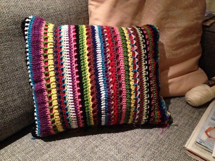 Haken - Kussenhoesje gehaakt van allerlei restjes wol en katoen in peruaanse/indiaanse stijl. Een opfleuring in je interieur!