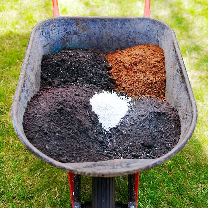 Square-Foot Gardening: Minimal Space, Maximum Results Fill the bed with a rich, light soil mix. A general all-purpose recipe includes 1 part perlite and 2 parts each of topsoil, peat moss, and compost. Mix it well and remember to fertilize plants -- either with a water-soluble fertilizer twice a month or a slow-release granular fertilizer once or twice a season. Or buy a prepackaged mix such as Sta-Green Flower and Vegetable Garden Soil (#132959), which contains a slow-release fertilizer.