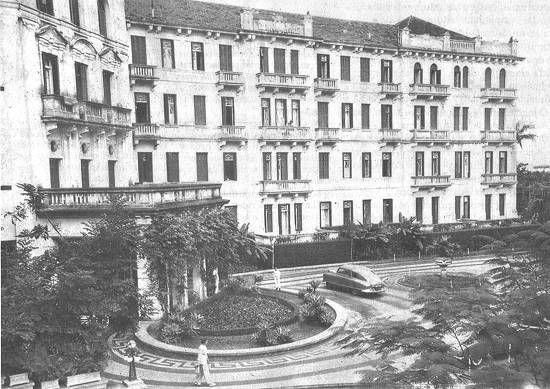 Símbolo da época de ouro do café, o antigo Parque Balneário Hotel, demolido em 1973, foi um marco de luxo e glamour de Santos. Em seus aposentos se hospedaram chefes de estado, artistas e turistas do mundo inteiro. Construído em estilo eclético, o hotel chegou a manter 140 funcionários.