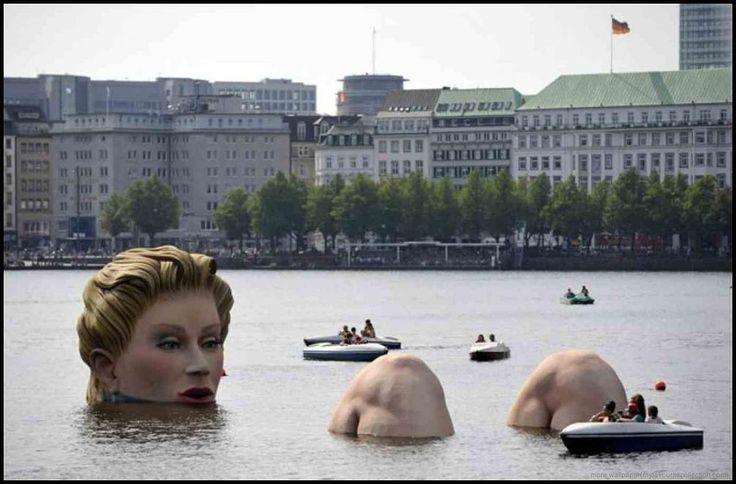 Una «sirena gigante» ad Amburgo - Una scultura alta 4 metri, opera di Oliver Voss, è diventata l'attrazione del lago Alster ad Amburgo. L'opera, in polistirolo e acciaio è stata esposta sino al 12 agosto 2011. E' stata soprannominata «sirena», anche se in realtà dall'acqua emergono due ginocchia, non una coda di pesce.