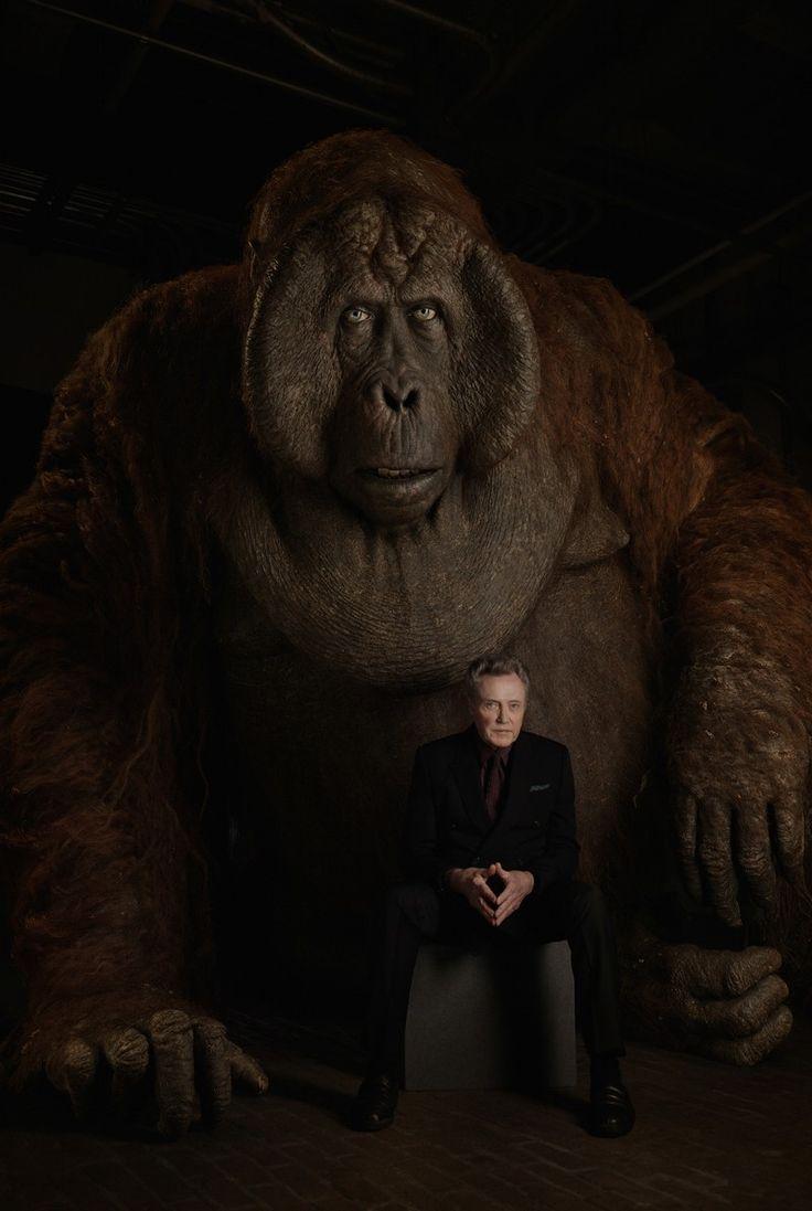 Dubladores de 'Mogli: O Menino Lobo' posam ao lado de seus personagens no filme