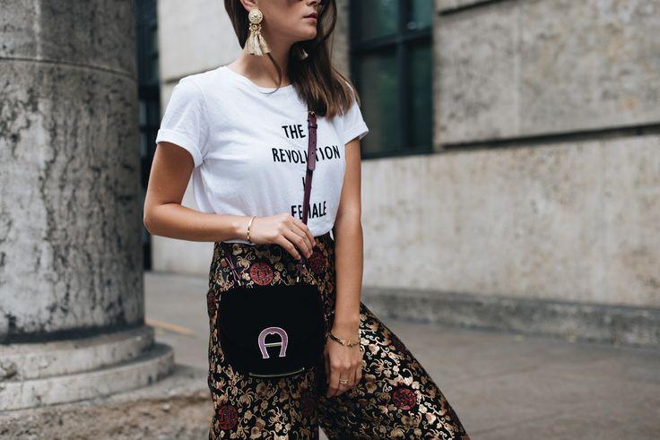 Nina Schwichtenberg trägt Samt im Sommer in Form einer Aigner Tasche in weinrot, dazu ein weißes Statement Shirt & eine gemusterte Crop Hose von Mango. Mehr auf www.fashiioncarpet.com
