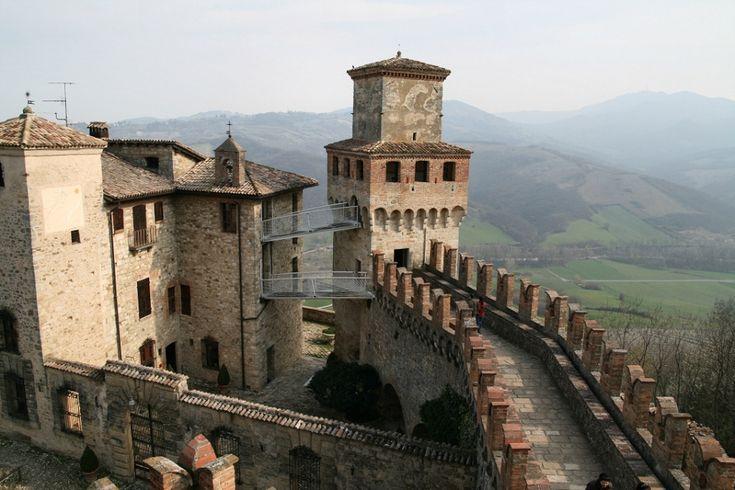 Il borgo fortificato di Vigoleno è sicuramente uno dei monumenti storici più importanti dell'intera Provincia di Piacenza sia per l'eleganza delle sue forme sia per l'eccezionale integrità dell'intero impianto castrense, che most