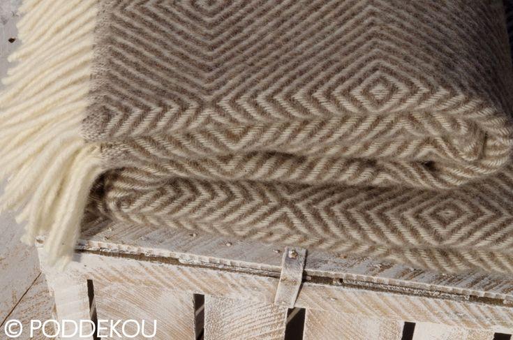 Svetlohnedá deka vlnená s geometrickým vzorom, kvalitný prehoz na posteľ.