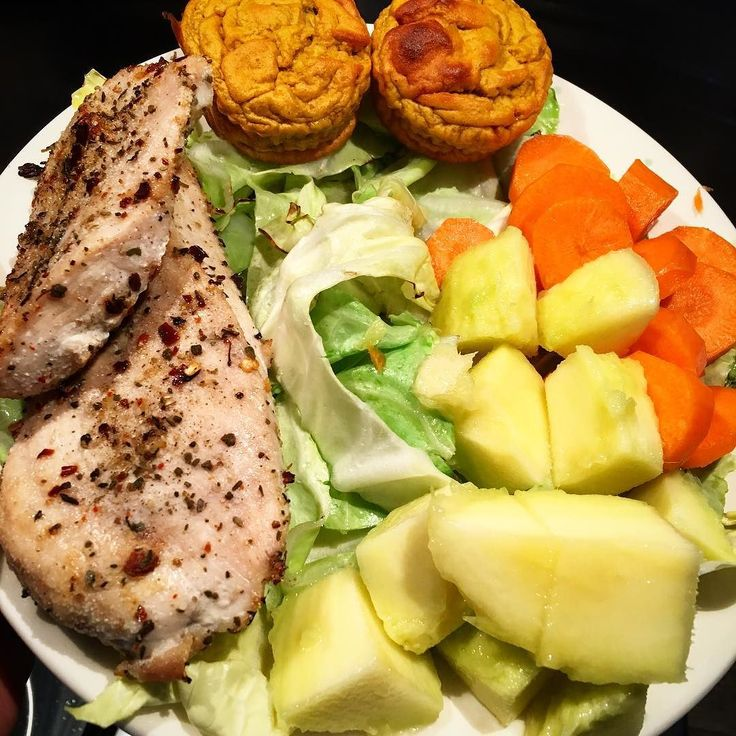Today's after gym meal: chicken breast with garlic rosemary chilli stir fry sweetheart cabbage raw carrot mango sweet potato-plantain-spring onion-cinnamon muffin.  #eatclean #eatforabs #cleaneating #sixpackfood #bodytoning #bodybuilding #fitfam #fitmom #fitfood #fitness #instafit #instafood #instahealth #healthy #healthyfood #trx #weightloss #weightwatchers #slimmingworld #paleo #primal #mutimiteszel #mutimiteszelsport #mutimiteszel_mentes #lowfat #lowcarb #momwholifts  Free from…