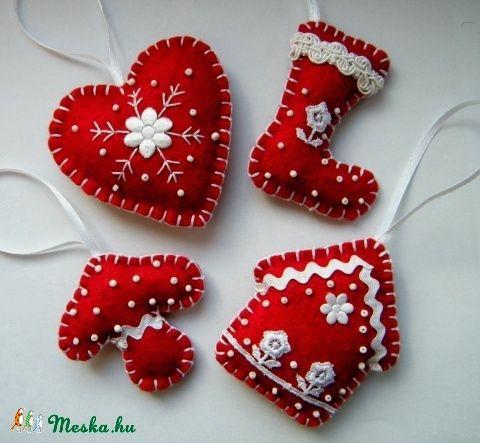 A karácsonyfadíszek sötét vörös filcből készültek (a fotón látható színtől mélyebb és élénkebb). Fehér csipkékkel, gyöngyökkel, farkasfoggal díszítettem. Pelenkaöltéssel illesztettem össze és vatelinnel tömtem ki. 10 cm hosszú szatén szalaggal lehet felfüggeszteni. A termékek nagysága: 9*8 cm és 6*8 cm között vannak.  Az ár 4 darabra vonatkozik.  Bármelyik formából rendelésre szívesen készítek akár többet is.