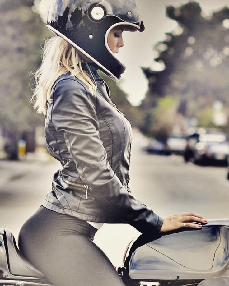 Scent of gasoline scent of burned tyres scent of a blonde... what else?  @lapoindependent @italiaindependentofficial #yamaha #caferacer #caferacerculture #girl #beautifulgirl #sunday #moto #bike #biker #girlbiker #garageitaliacustoms #picoftheday #dailypic #instapic #blonde #instamood by garageitaliacustoms