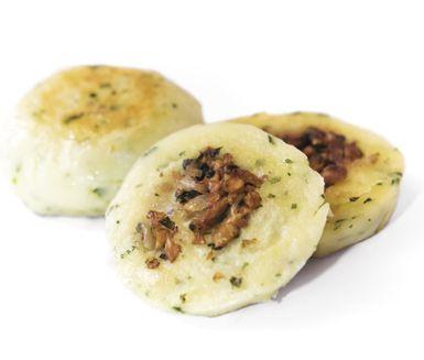 Traditionella svenska kroppskakor med underbar smak. Du fräser lök, bacon, persilja och svamp i smör och omsluter sedan röran av degen och låter bollarna koka tills de…