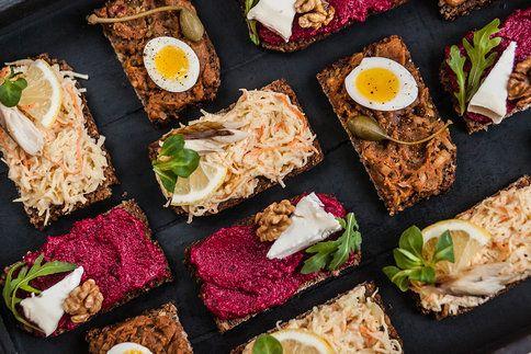 3 originální pomazánky na silvestrovské chlebíčky: řepná s kozím sýrem, falešná humrová s makrelou a tatarák!