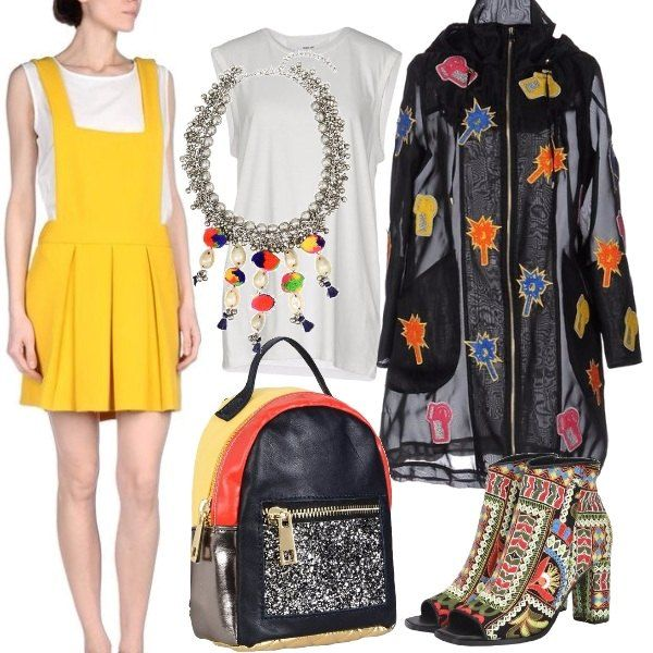 Il capo centrale di questo outfit, è il parka, trasparente, con stampe colorate. L'abito corto, modello salopette, di colore giallo, spicca sotto la trasparenza del capospalla. T-shirt bianca sotto la salopette e collana con pendenti colorati, in contrasto con il colore neutro della maglietta. Completano l'outfit, la coloratissima scarpa spuntata ed il pratico zainetto.