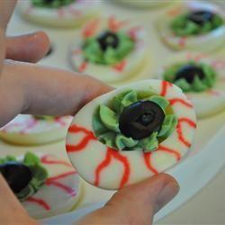 Gefüllte Eier für Halloween. Super Halloween Essen für die Halloween Party. Das Rezept gibts auf Allrecipes Deutschland http://de.allrecipes.com/rezept/3896/gruselige-gef-llte-eier-f-r-halloween.aspx