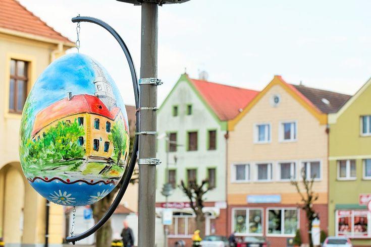 wiosenne wielkanocne dekoracje wieże kwiatowe pisanki miejskie | easter decor for public spaces terraeaster.com