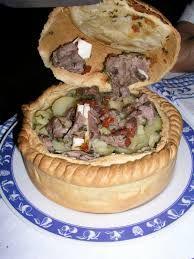 """PANADA Piatto tipico di Assemini, """"Sa Panada"""" è un timballo di pasta sfoglia ripieno generalmente con carne d'agnello e patate o anguille e pomodori secchi. Altra versione di questo delizioso piatto sono le cosiddette """"panadas"""", ripiene di carne e tipiche di Oschiri, Berchidda e Pattada."""
