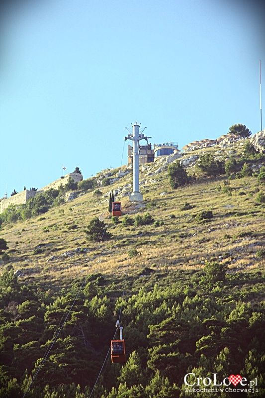 Widok na wzgórze Srđ ze starego miasta w Dubrowniku || http://crolove.pl/wzgorze-srd-w-dzien-i-w-nocy/ || #Srd# #Dubrownik #Dubrovnik #Chorwacja #Croatia #Hrvatska #Travel #Trip #summer