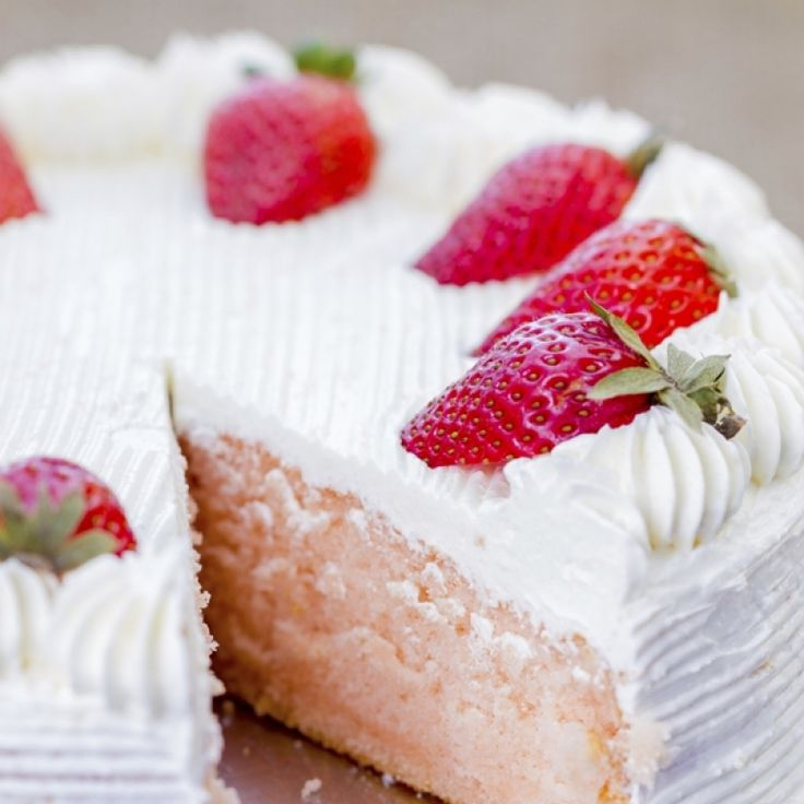 cake with whipped cream frosting and strawberries on top.Strawberry ...
