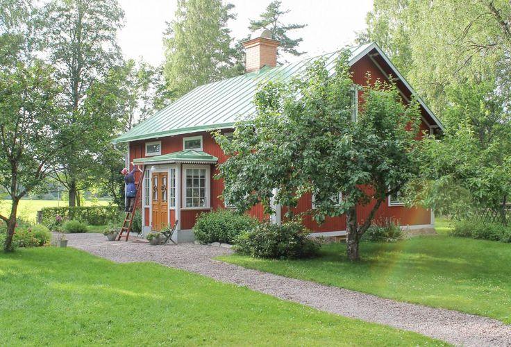 Falsat plåttak, målat i ärggrönt. Foto: Erika Åberg #gamla #hus #trädgårdar #rödfärg #plåttak #byggnadsvård #veranda #fönster #pardörrar #linoljefärg