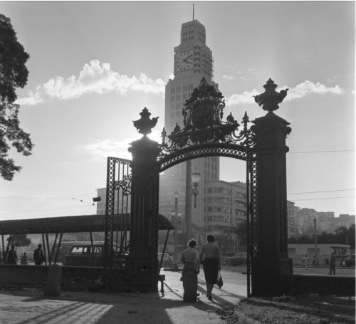 Praça da República (Campo de Santana). Ao fundo, o relógio da Central do Brasil. Rio de Janeiro, Brasil, anos 1960.