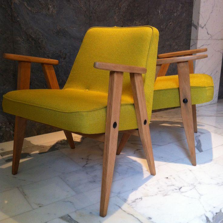 fauteuils signés Jozef Chierowski, modèle 366, en tissu jaune-limon chiné.