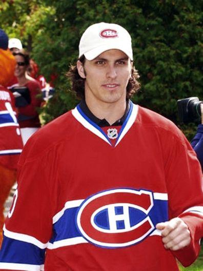 Maxim Lapierre est originaire de Saint-Léonard, situé sur l'île de Montréal au Québec. Lapierre est repêché par les Canadiens lors du 2e tour (61e) du repêchage 2003 de la LNH. À sa première saison avec les des Bulldogs de Hamilton, club-école du tricolore, il est rappelé une première fois en décembre 2006 pour remplacer un joueur blessé. Le 14 décembre 2006, il marque son premier but en carrière dans la LNH contre le gardien de but Marc Denis du Lightning de Tampa Bay dans une victoire de…