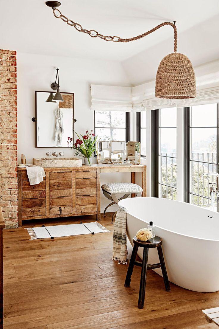Warm banheiro usa uma mistura de tijolos expostos, vime e madeira natural nesta casa em Hollywood Hills, Ca.  [2000 × 3000]