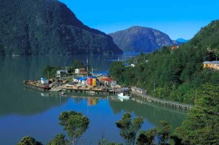 """La localidad de """"Caleta Tortel"""" llama la atencion por su arquitectura, construida completamente con cipreses de la Guaitecas, el pueblo se une mediante pasarelas. Esta ubicado en la desembocadura del Rio Baker"""
