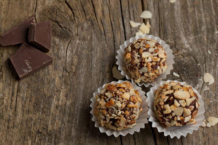 Λιωμένο κάστανο ανακατεμένο με σοκολάτα και βούτυρο αγελάδος Χωριό, σε στρογγυλά μπαλάκια καλυμμένα με αμιγδαλόψιχα ή τρούφα σοκολάτας. Απολαυστικά!