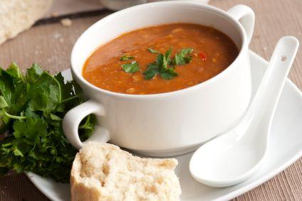 Deze typisch Hollandse bruine bonensoep is heerlijk voedzaam en warmt je op een koude winterse dag weer lekker op! Ingrediënten: 400 g gedroogde Hollandse bruine bonen (of Hollandse bruine bonen in...
