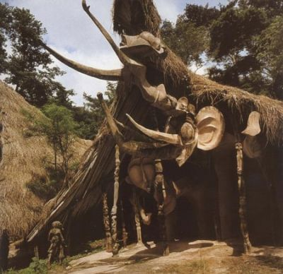 """Osogbo, sud ouest du Nigeria : Susanne Wenger, artiste autrichienne et grande initiée de la religion yoruba, mène depuis cinquante ans un combat pour la défense de la forêt sacrée Osogbo et de la culture de l'ethnie qui l'a adoptée. Susanne a été épaulée dans sa lutte par les artistes yorubas du """"Nouvel Art Sacré"""", mouvement qu'elle a fondé au début des années 1960; elle a recréé temples et sculptures qui peuplaient le sanctuaire végétal."""
