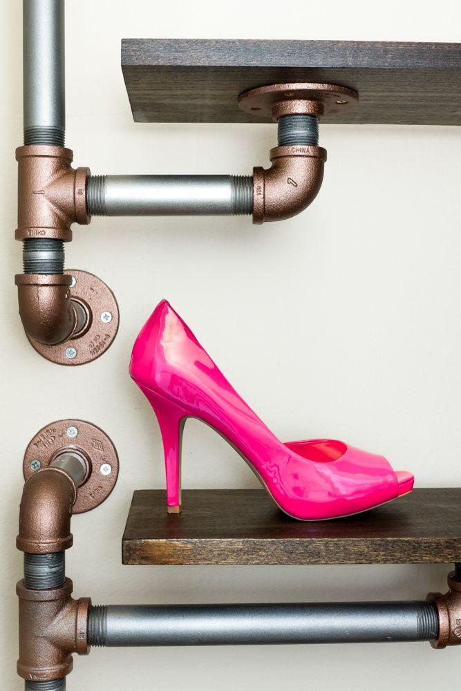 Полки для обуви в прихожую: 70 потрясающих идей для коридора своими руками http://happymodern.ru/polki-dlya-obuvi-v-prixozhuyu-svoimi-rukami-foto/ Оригинальная полка под обувь из дерева и металлических труб