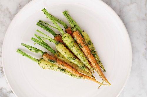 Seppe Nobels, de chef van het Antwerpse restaurant Graanmarkt 13, heeft zijn eerste boek uitgebracht. 'Vegetables that sparkle the conversation' luidt de t...