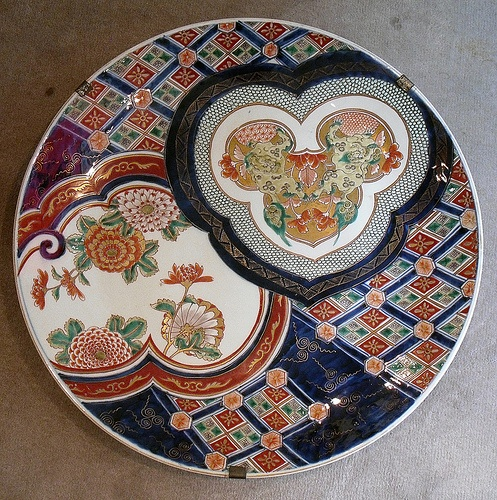 IMARI PORCELAIN PLATE WITH TWO HEART-SHAPED ROUNDELS