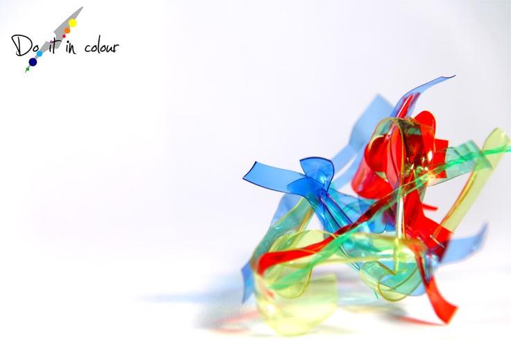 Inutile negarlo, l'arte sotto ogni forma crea magia ed emozioni, anche un piccolo groviglio di colori, se trasformato, può trasmettere un sentimento ad un'altra persona. E così è possibile creare comunicazione, una comunicazione non di informazioni, ma di emozioni, e a volte basta poco per migliorare la giornata!   Provate ad ingegnarvi e trasmettere il vostro pensiero a chi sa apprezzare ciò che fate: Do it in colour!    www.cameramak.com