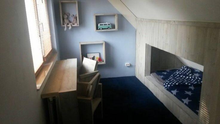 Zolderkamer voor jongen met steigerhout  Bedstee onder schuin dak met kast onder schuin dak