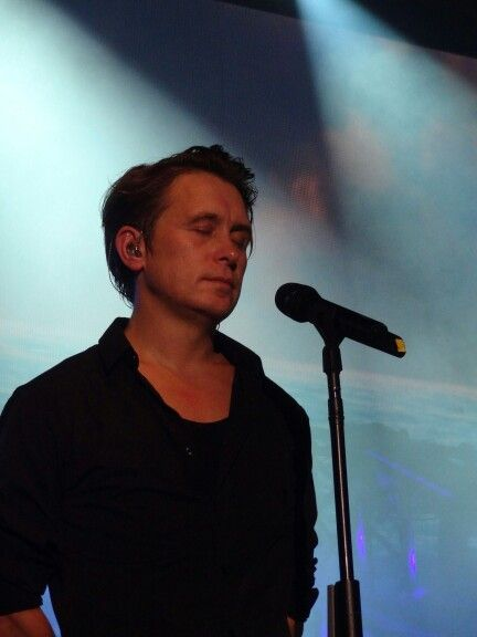 mark always closes his eyes when he's performing❤️